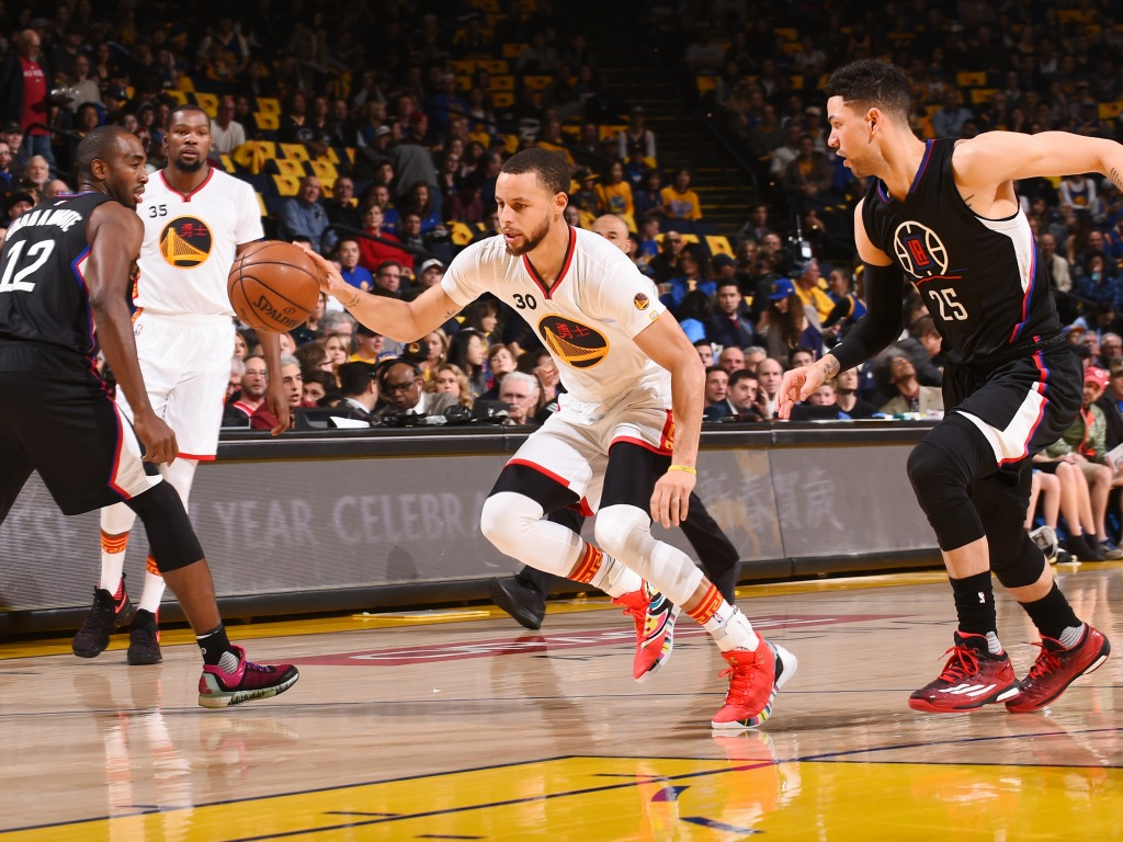 Stephen Curry tacle Trump et menace Under Armour