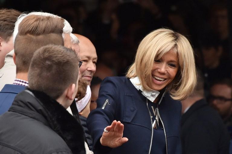 Brigitte Macron arrive à l'Elysée dans un ensemble Vuitton