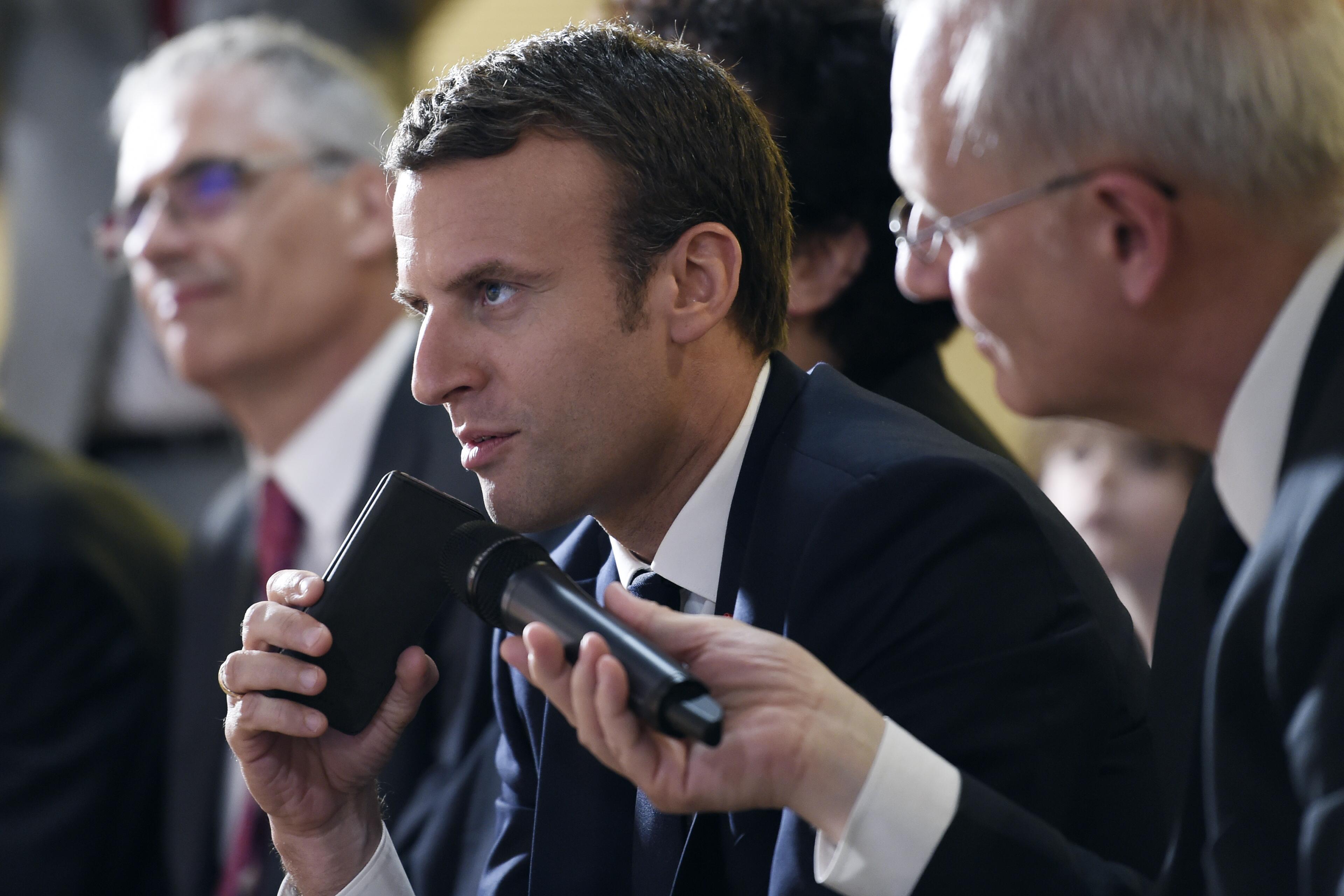 Accro au portable, Macron s'amuse avec son nouveau numéro