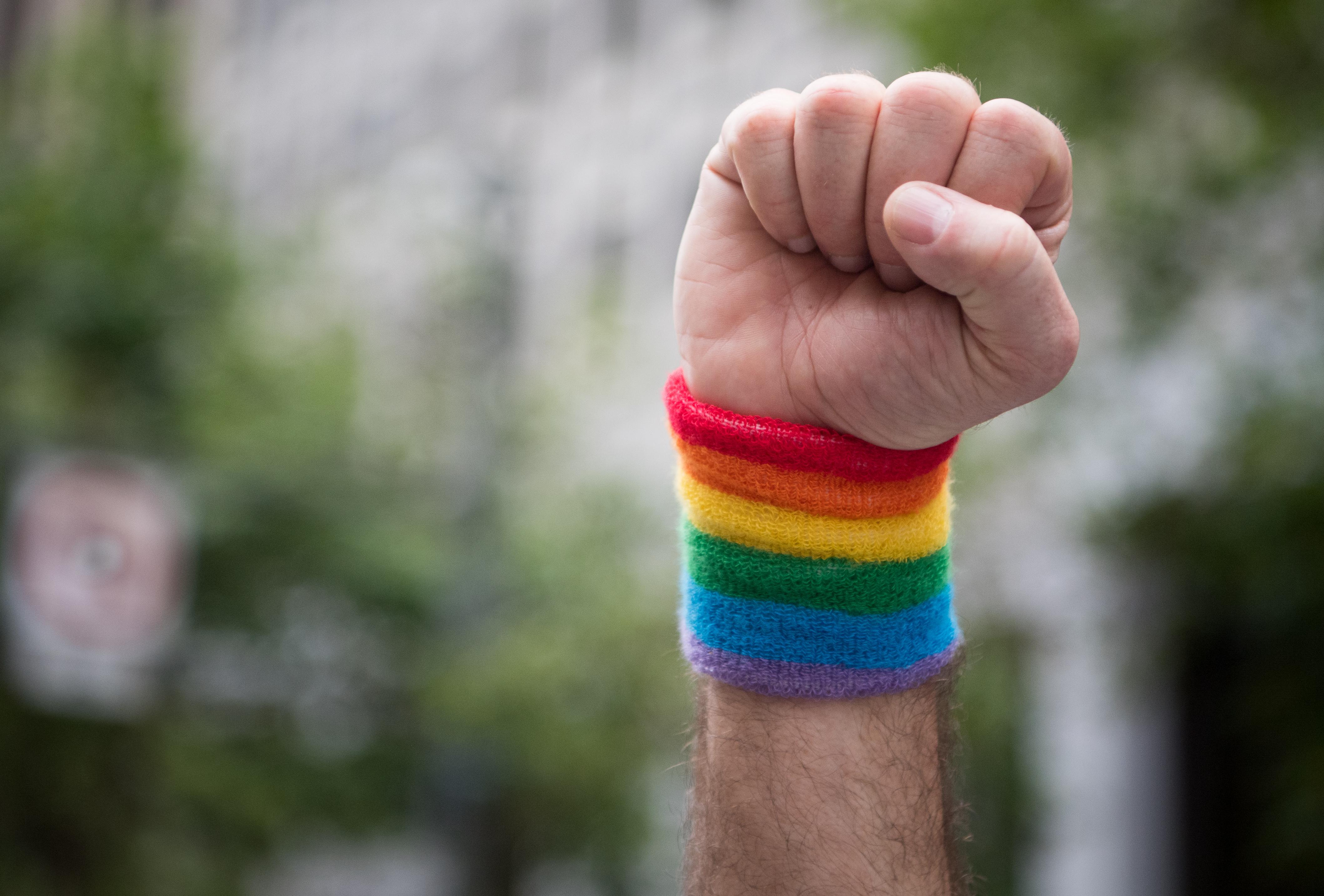 Une mère appelle un bar gay pour savoir comment gérer le