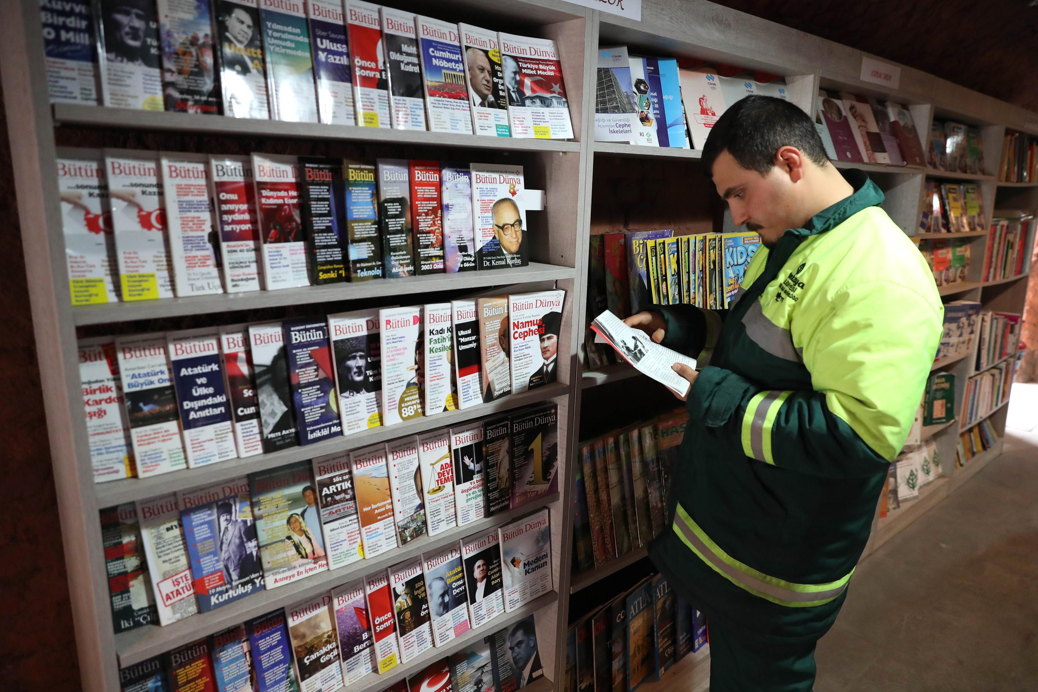 Des éboueurs ouvrent une bibliothèque avec des livres laissés aux ordures — Turquie