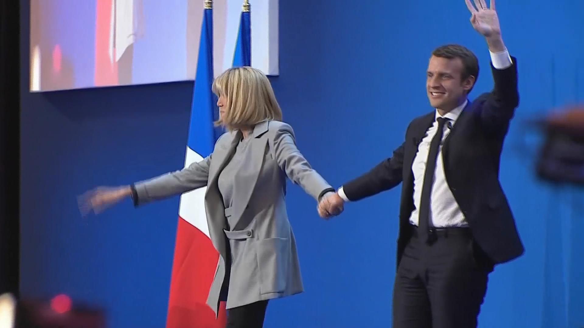 E. Macron/F. Hollande : côte à côte pour les commémorations du 8 mai