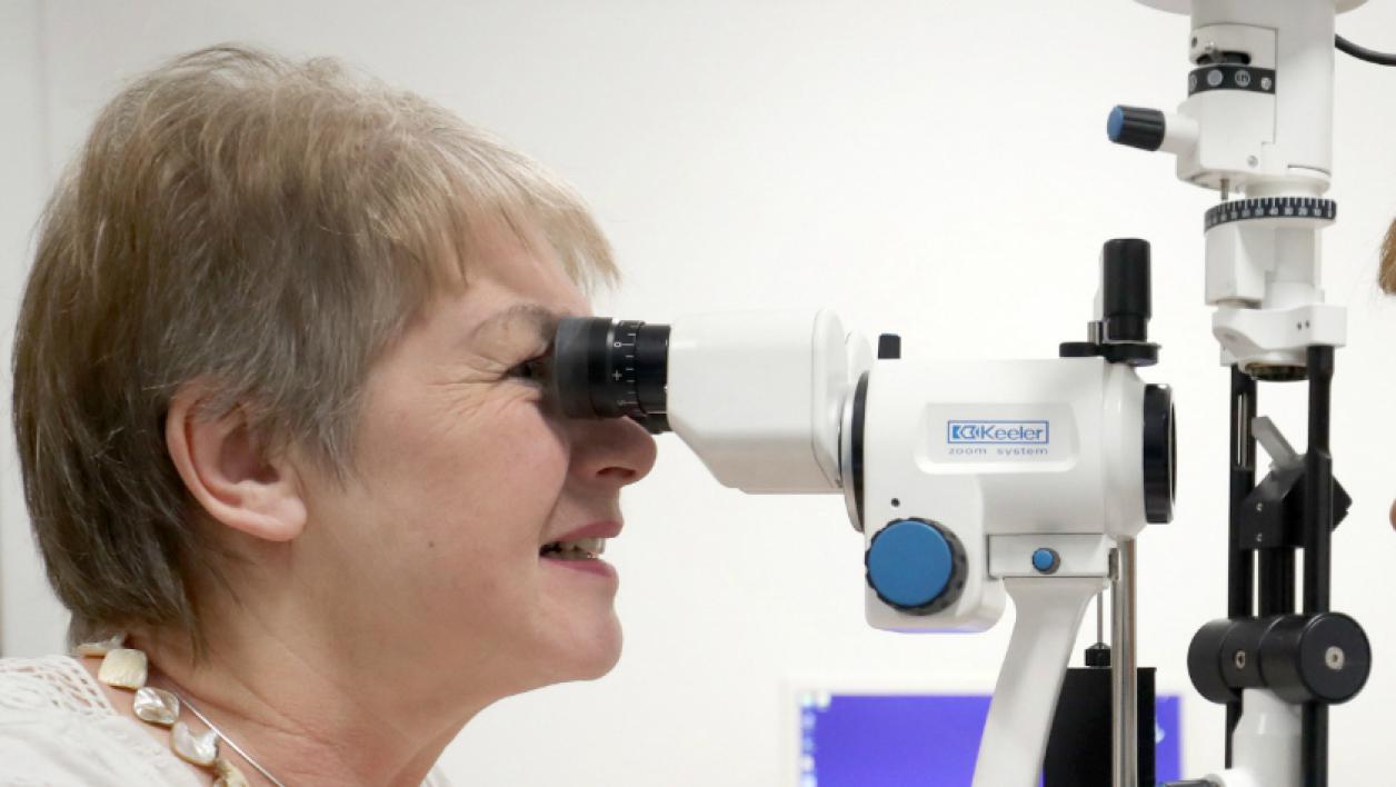 Une patiente durant une consultation chez un ophtalmologiste (PHOTO D'ILLUSTRATION).