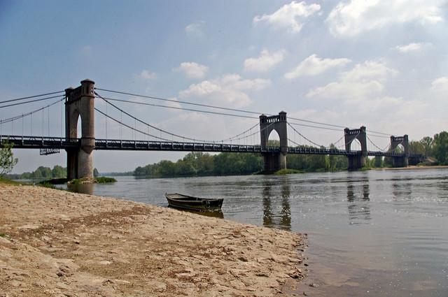 Langeais : un homme veut sauter du pont, il est sauvé par un couple de Secret Story