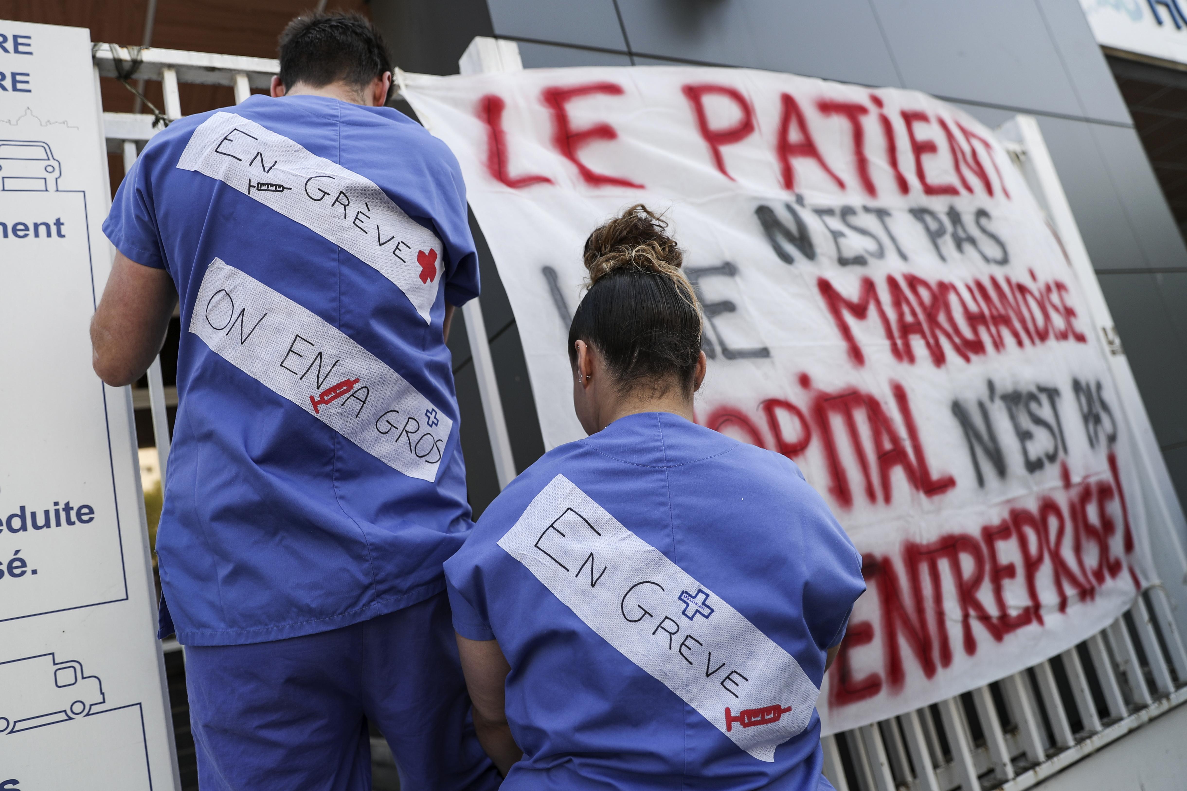 Des personnels soignants en grève devant l'hôpital de la Pitie-Salpetriere, à Paris.