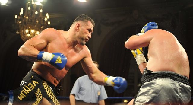 Une bagarre interrompue par Jérôme Le Banner, champion de kick-boxing — Annecy