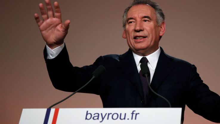 bayrou et macron alli s v lizy violences polici res le point sur l 39 actu sfr news. Black Bedroom Furniture Sets. Home Design Ideas