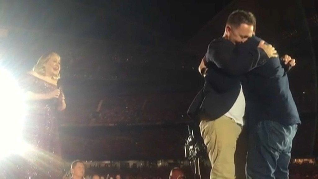 En plein concert, deux hommes interrompent Adele pour un événement inattendu (vidéo)