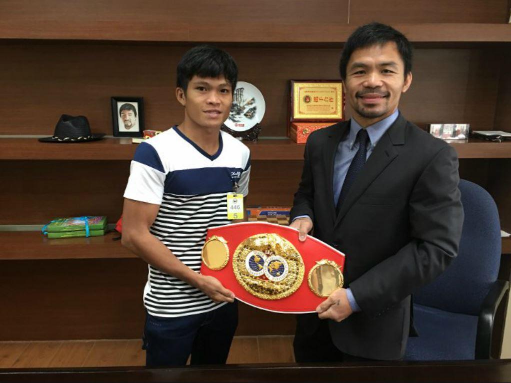 Jerwin Ancajas (à gauche) et Manny Pacquiao