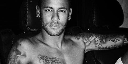 Neymar pose nu pour le photographe de mode Mario Testino