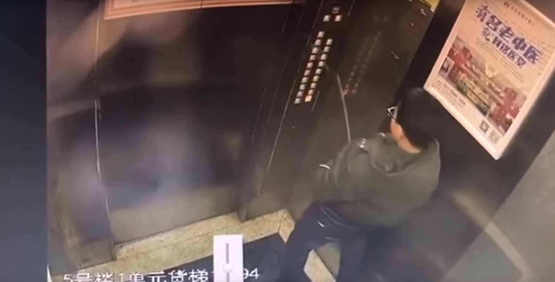 Un garçon urine sur les boutons de l'ascenseur... et reste coincé