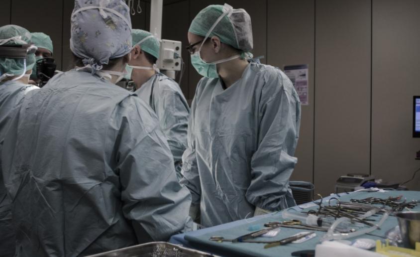 Ce chirurgien gravait ses initiales au laser sur les foies de ses patients