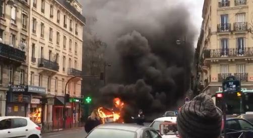 Un bus de la RATP prend feu en pleine rue à Paris