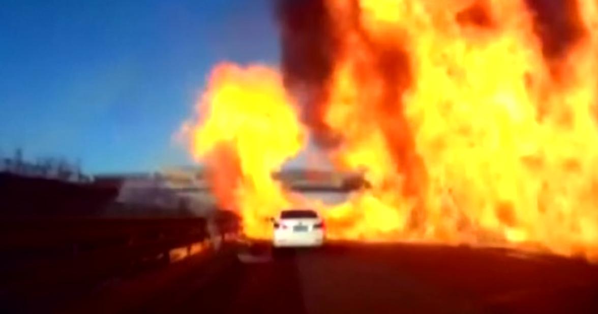 EN VIDEO - Chine: une autoroute prend feu en quelques secondes