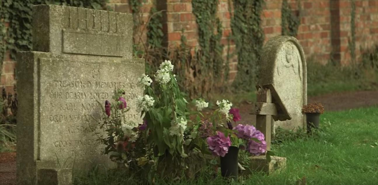 EN VIDEO - Qui est ce mystérieux inconnu qui dépose des fleurs sur une tombe depuis 1947?