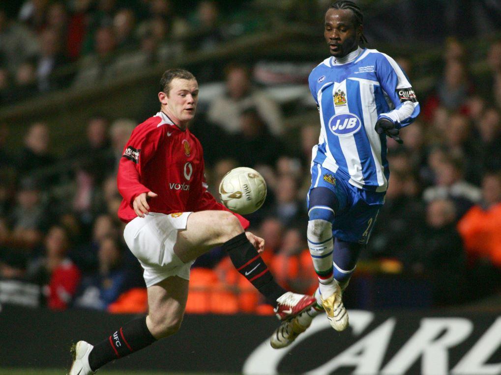 Pascal Chimbonda (à droite) face à Wayne Rooney (MU) avec Wigan