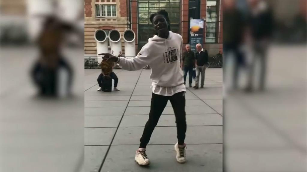 Salif Gueye, jeune danseur de rue a conquis les Etats-Unis avec son moonwalk à Paris.