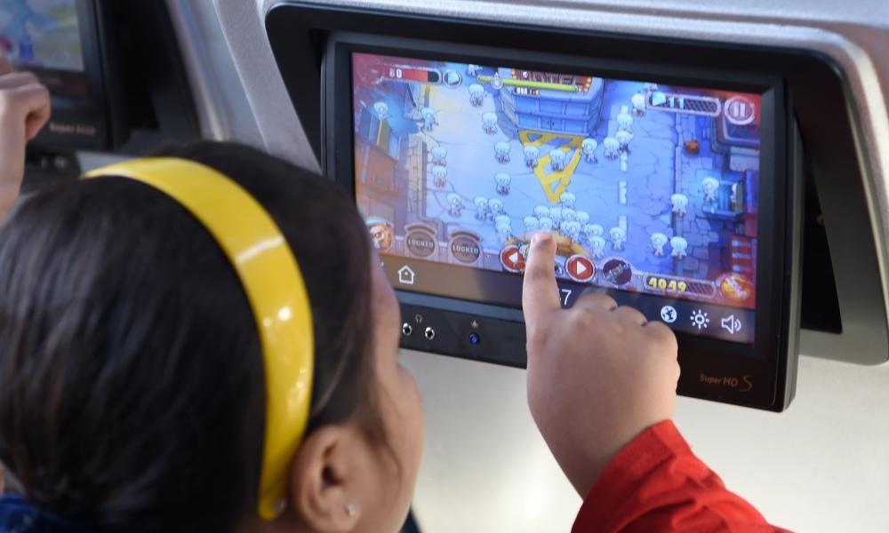 Une petite fille joue sur un écran tactile, en 2017. (Photo d'illustration) e