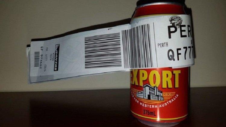 Il enregistre une canette de bière comme bagage en soute!