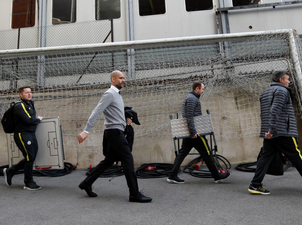 Pep Guardiola (deuxième à gauche) et une partie de son staff