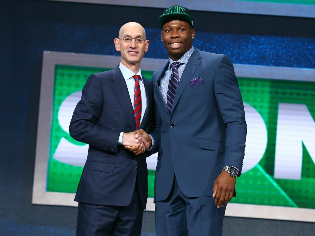 Guerschon Yabusele accueilli par Adam Silver, patron de la NBA