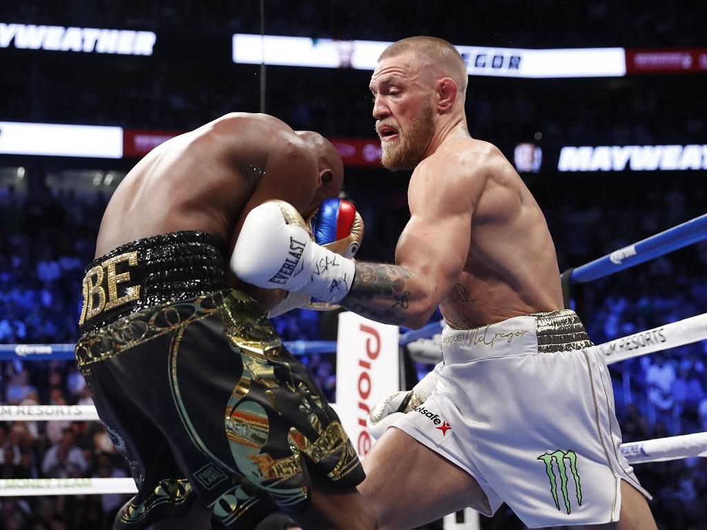 Conor McGregor pète un plomb et fracasse la vitre d'un bus — MMA