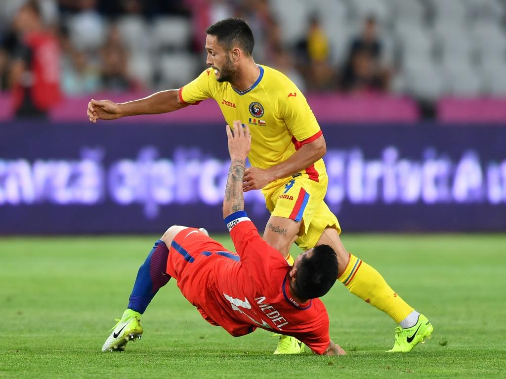 Un aperçu de Gary Medel, au sol, qui sera expulsé lors de ce match face à la Roumanie