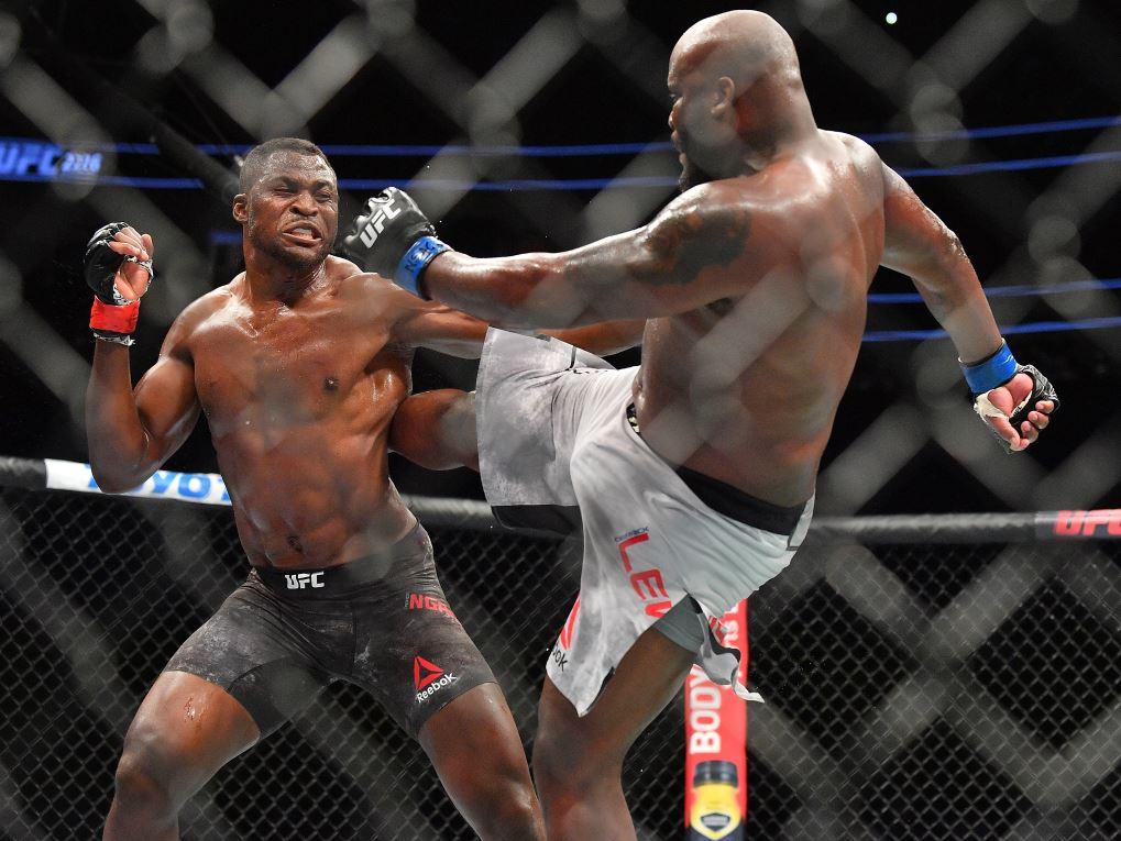 Francis Ngannou (à gauche) face à Derrick Lewis