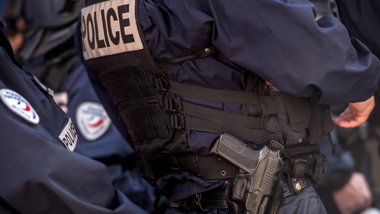 Paris : une voiture fonce sur un policier, il lui tire dessus