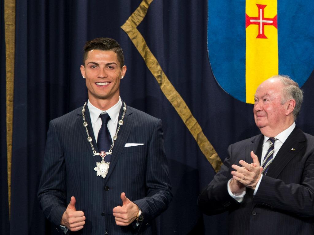Cristiano Ronaldo reçoit la médaille du mérite de Madère en 2014