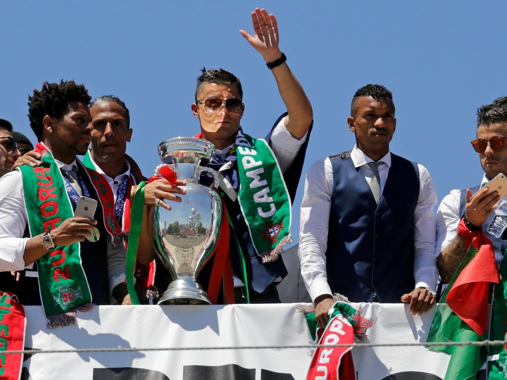 Cristiano Ronaldo avec le trophée de l'Euro