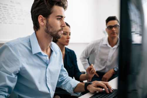 Homme et femme devant un ordinateur