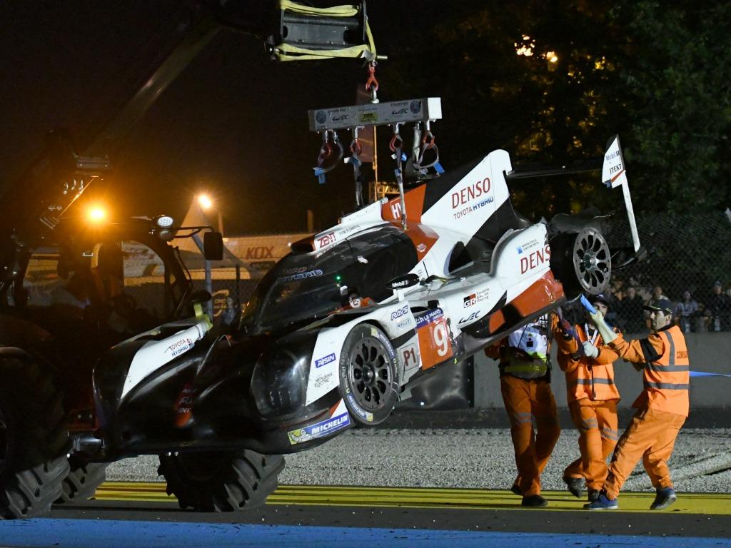 La Toyota n°9 est évacuée après son accident